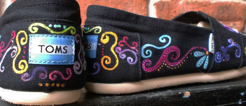 Scrolly design painted on sides of sugar skull toms